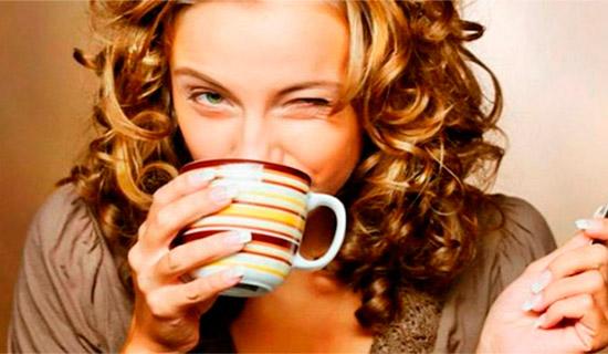 Девушка пьет минералку